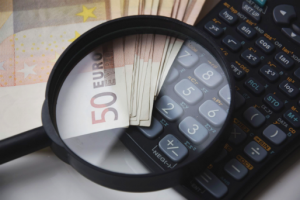 Wkładu pienieżny na pokrycie udziałów w spólce z o.o. może być wniesiony w spółce gotówkowej.